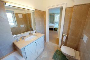 H?rlgasse, Dachbodenausbau, Bad, WC, Handwaschbecken, Spiegel, Fliesen