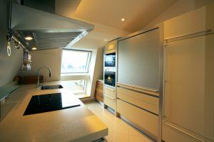 Laroche Gasse, Küche, Dunstabzug, Dunstabzugshaube, ( Auch in der Küche ragen die Dachflächenfenster bis knapp über die Fussbodenunterkante )