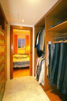 Der begehbare Schrank verbindet Schlafzimmer mit dem Bad