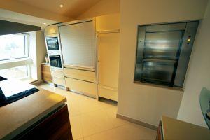 Der Speise- und Wäschelift führt über 3 Geschosse und kann von der Küche aus für den Dachgarten mit Getränken und Speisen beladen werden