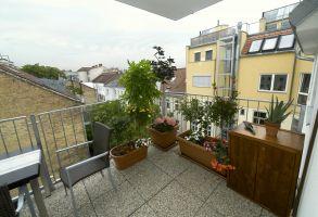 Siebenbrunnengasse, Balkon, Waschbetonplatten, Blumentröge, Stühle