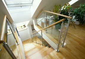 Türkenstrasse, Stiege, Treppe, Eichenholztreppe, Nirostergeländer, Nirosteher, ESG Glas, ( Die Treppe ist unter dem Dachflächenfenster geführt, dadurch gewinnt man zusätzliche Kopfhöhe )
