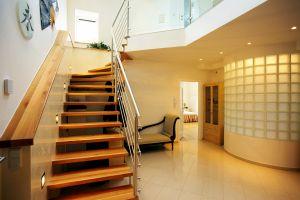 Der grosszügige Vorraum wird über Dachflächenfenster im 2. Dachgeschoss belichtet, die runde Badewanne des Badezimmers ragt mit Glasbausteinen verkleidet halbkreisförmig in den Vorraum
