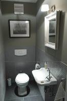 In Grau gehaltene Gästetoilette